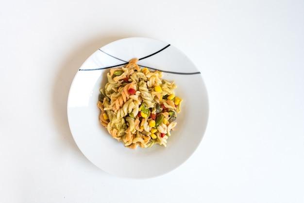 Einfaches nudelgericht mit mais und rosinen