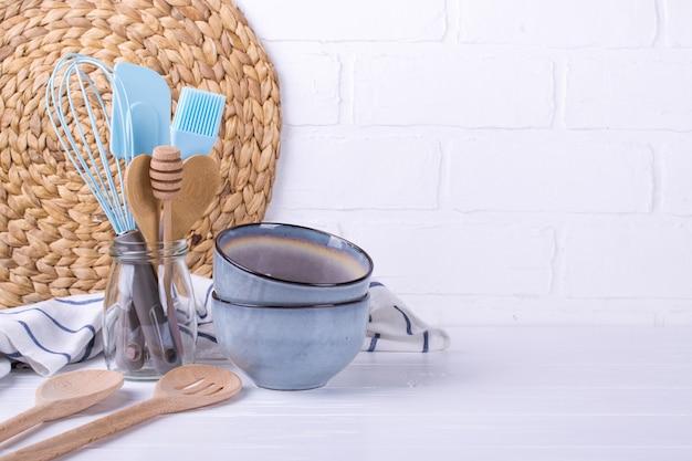 Einfaches stillleben in der küche. satz porzellangeschirr. küchenutensilien