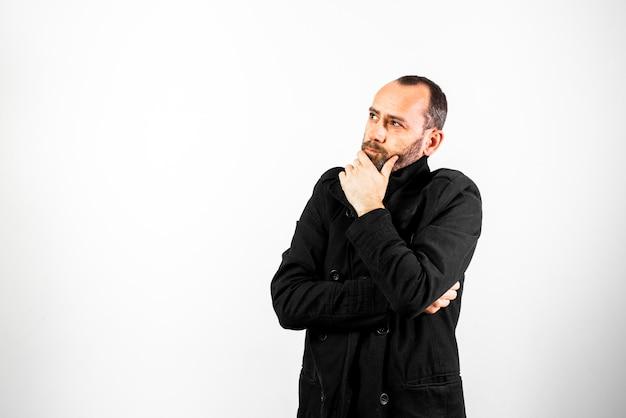 Einfaches und sauberes porträt mit negativem raum für einen nachdenklichen und besorgten mann mittleren alters