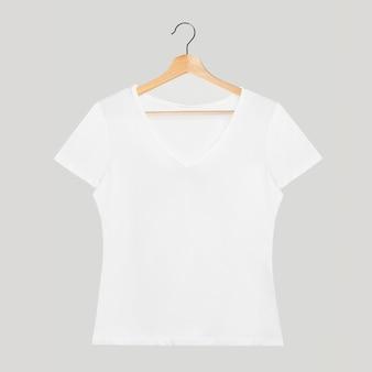 Einfaches weißes t-shirt-modell mit v-ausschnitt auf einem hölzernen kleiderbügel