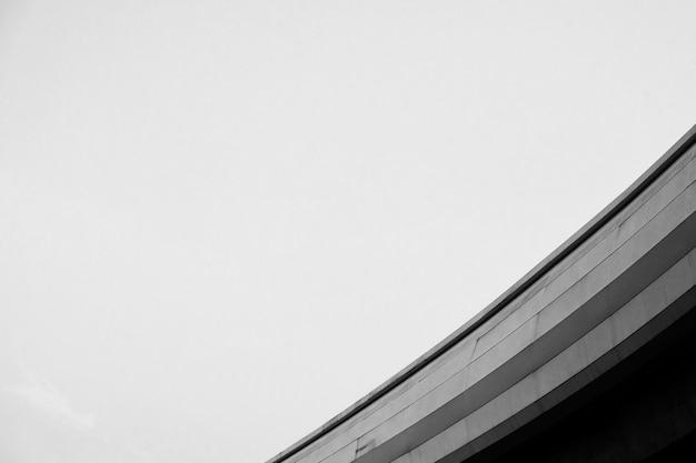 Einfarbige betonkonstruktion mit niedrigem winkel