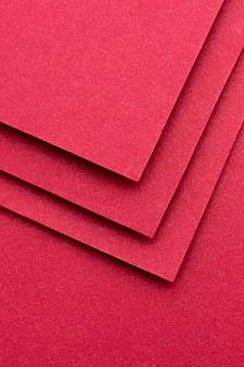 Einfarbige stilllebenanordnung mit rotem papier