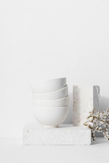 Einfarbige stilllebenkomposition mit weißen schalen