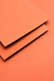 Einfarbiges stillleben-sortiment mit orangefarbenem papier