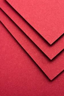 Einfarbiges stillleben-sortiment mit rotem papier