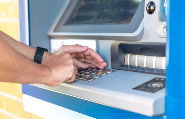 Eingabe einer kreditkarten-pin auf einer atm-tastatur