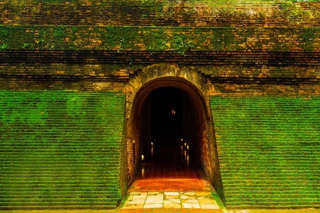 Eingang des tunnels in einem tempel