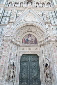 Eingang duomo santa maria del fiore im piazzale michelangelo in florenz, italien