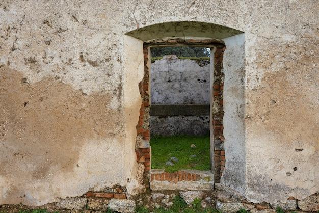 Eingang einer verlassenen struktur.