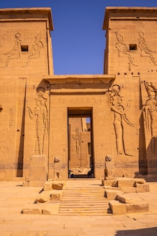 Eingang mit schönen pharaonen im tempel der philae ohne menschen, griechisch-römischer bau, tempel der isis, der göttin der liebe. assuan. ägyptisch