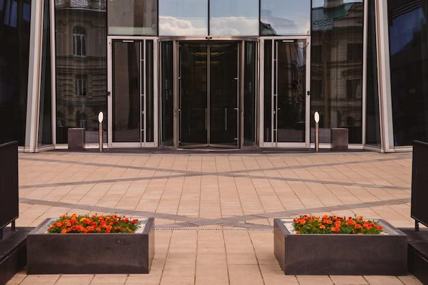 Eingang zum modernen bürogebäude der geschäftsstadt mit automatischen türen.