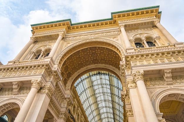 Eingang zur galleria vittorio emanuele ii im mailänder stadtzentrum in italien.