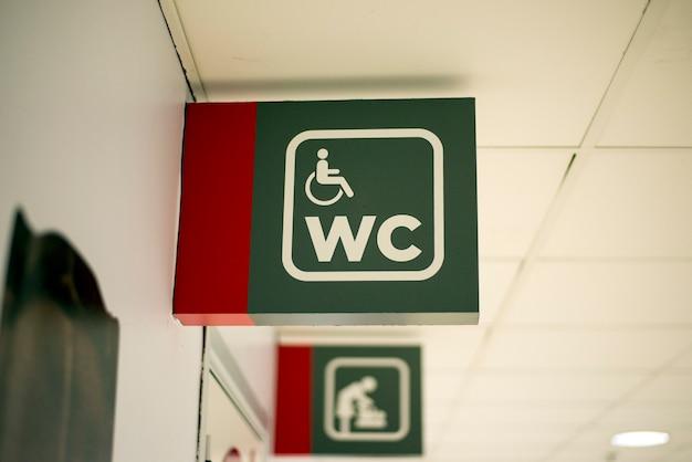 Eingang zur männlichen und weiblichen toilette. flughafen anmelden