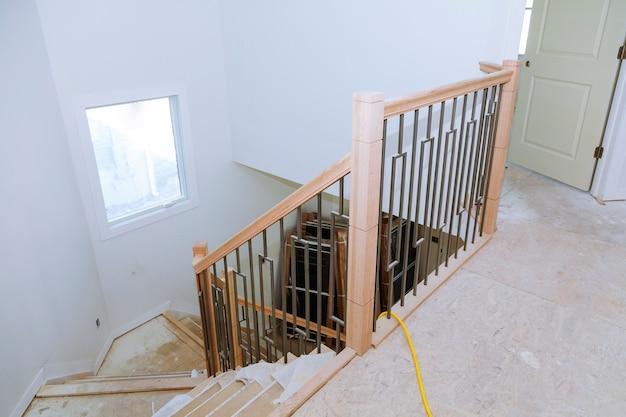 Eingangshalle mit treppenhaus und tisch. ansicht der stufen mit schmiedeeisernen geländern