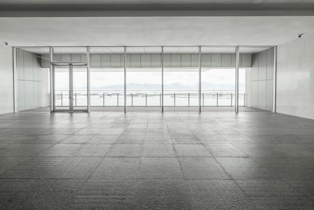 Eingangshalle und leere bodenfliese, innenraum