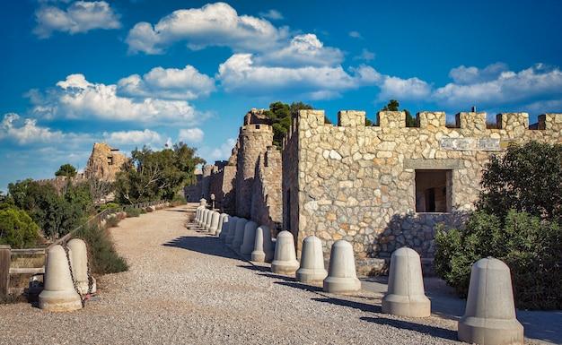 Eingangsstraße zur festung bateria de castillitos, einer spanischen küstenartillerie-festung am kap tioso in der gemeinde cartagena in murcia