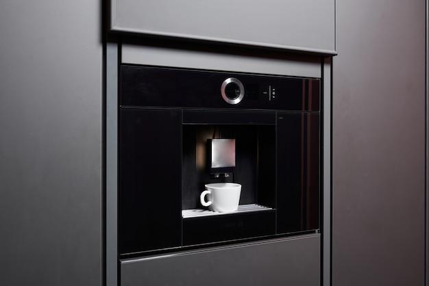 Eingebaute kaffeemaschine in zeitgemäßer küche keine menschen
