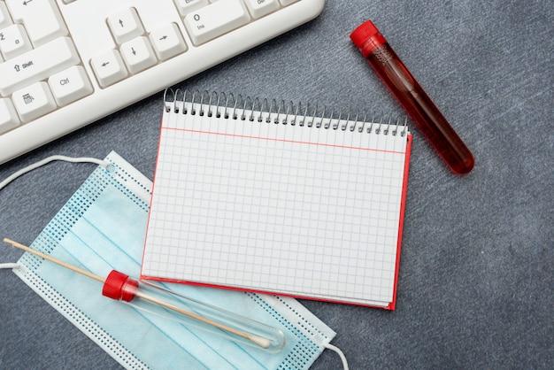Eingeben medizinischer notizen wissenschaftliche studien behandlungspläne zur erforschung von virusmedizin-labortests ... Premium Fotos