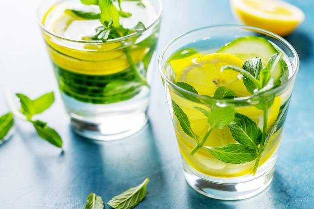 Eingegossenes gesundes wassergetränk in gläsern