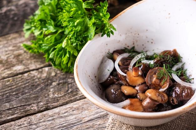 Eingelegte champignons mit zwiebel in einer schüssel. platz kopieren