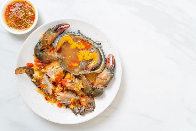 Eingelegte felseneier mit meeresfrüchten und würziger sauce