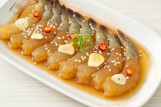 Eingelegte garnelen nach koreanischer art oder eingelegte garnelen in koreanischer sojasauce - asiatische küche