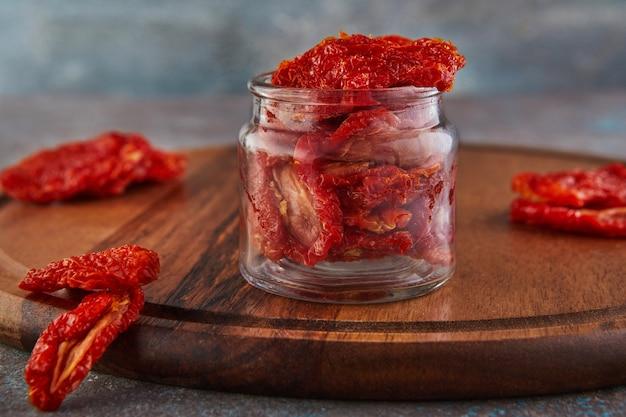 Eingelegte getrocknete tomaten in einem glas