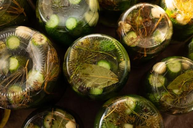 Eingelegte gurken in gläsern