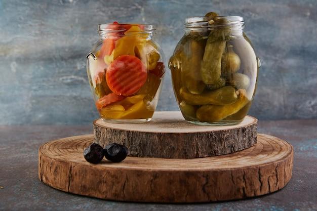 Eingelegte gurken und eingelegte karotten in gläsern