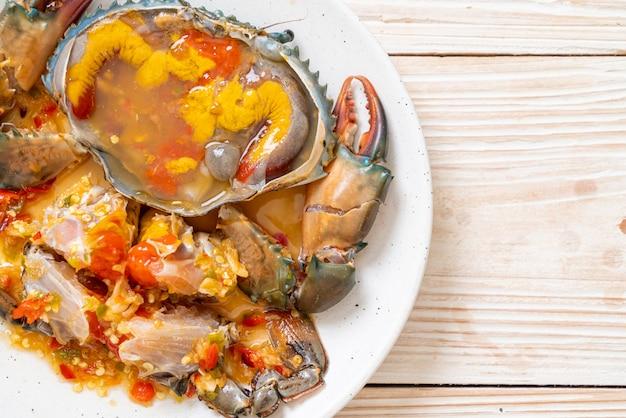 Eingelegte krabben-eier mit soße