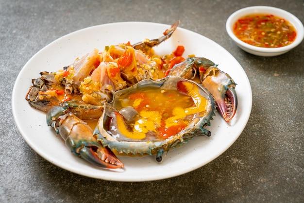 Eingelegte krabbeneier mit würziger meeresfrüchtesauce