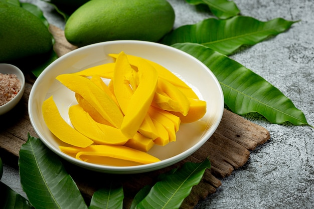 Eingelegte mango auf dunkler holzoberfläche