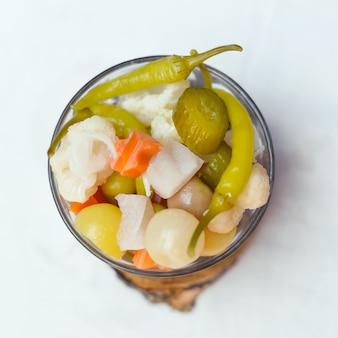 Eingelegte oliven gurken zitrone und pfeffer eingelegtes gemüse ägyptisches essen