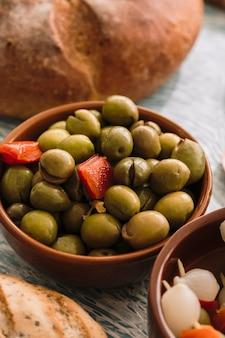 Eingelegte oliven in der nähe von brot