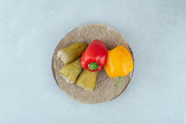 Eingelegte paprikaschoten gefüllt mit fermentiertem gemüse und paprika.