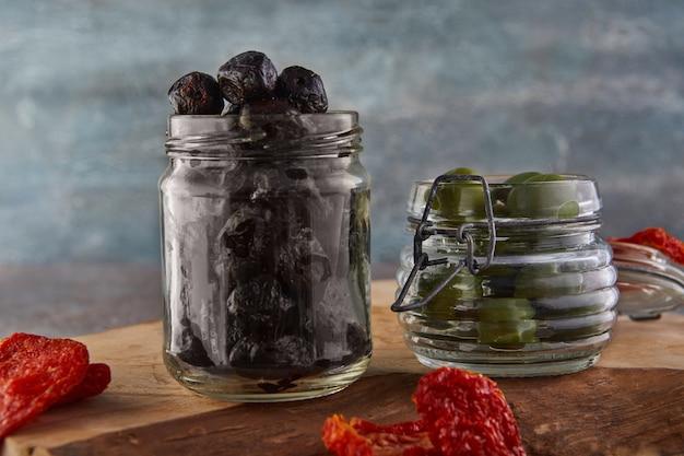 Eingelegte schwarze oliven in einem glas