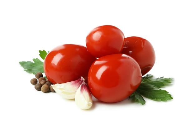 Eingelegte tomaten und gewürze auf weißem hintergrund