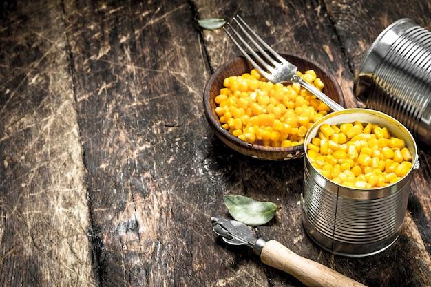 Eingemachter mais in einer blechdose mit öffner.