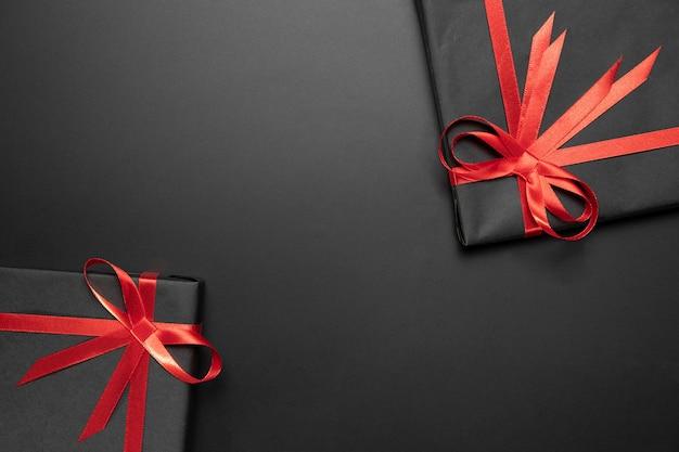 Eingepackte geschenkanordnung mit kopienraum