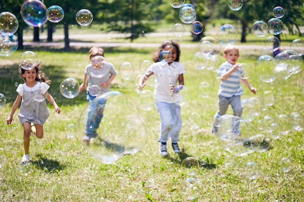 Eingewickelt in catching soap bubbles