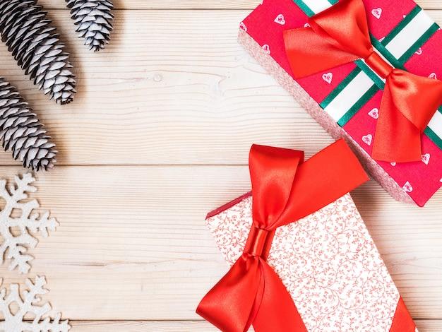Eingewickelte geschenkboxen auf dem holzbrett. weihnachts- und neujahrskonzept