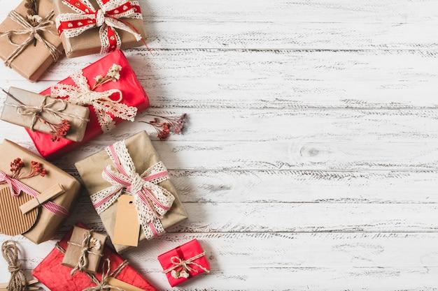Eingewickelte geschenkboxen mit kopienraum