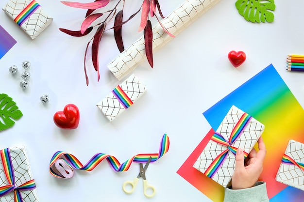 Eingewickelte geschenkboxen mit regenbogenband, lgbt-flaggensymbol