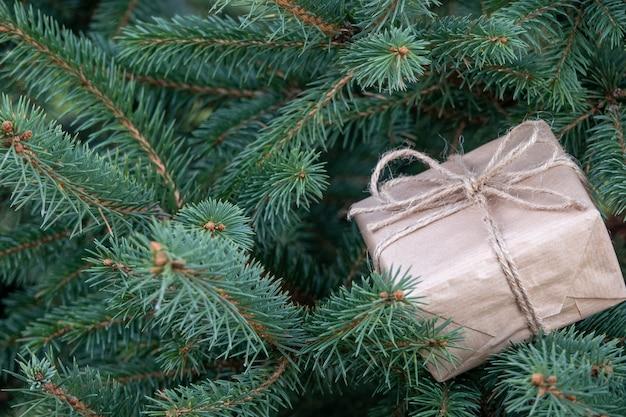 Eingewickelte geschenke auf einem weihnachtsbaum mit exemplar. weihnachtsgeschenkbox