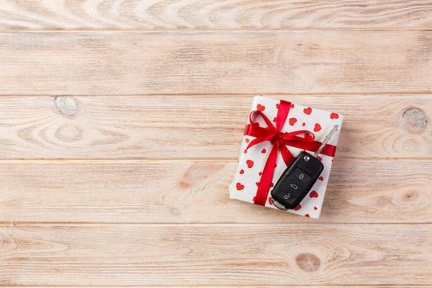 Eingewickelte geschenke mit farbband und autoschlüsseln