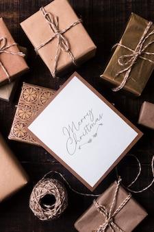 Eingewickelte geschenke mit weihnachtskartenmodell