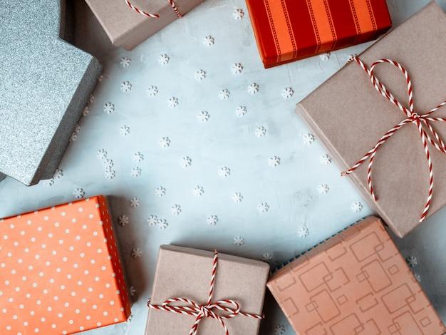 Eingewickelte vintage geschenkbox hellblau. kopieren sie platz