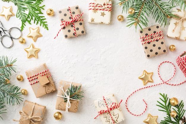 Eingewickelte weihnachtsgeschenkboxen, dekorationen auf weißem kopierraumhintergrund.