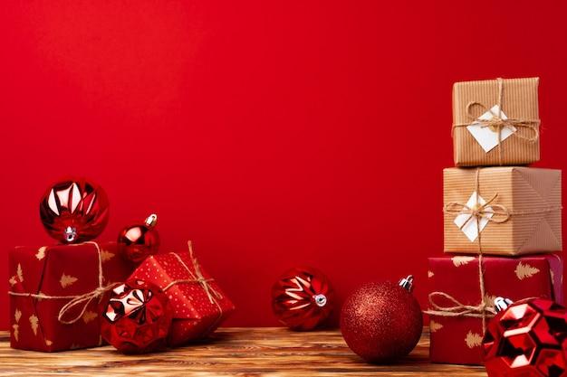 Eingewickelte weihnachtsgeschenkboxen gegen rot