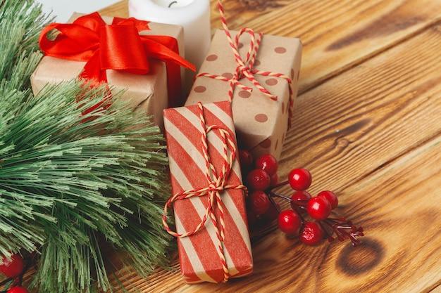 Eingewickelte weihnachtsgeschenkboxen mit bändern auf tabelle